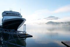 Cruiseschip in Alaska in de herfst wordt gedokt dat stock foto