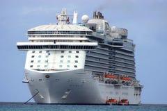 Cruiseschip bij Royalty-vrije Stock Afbeelding