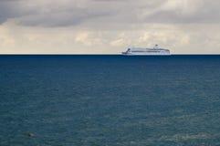 Cruiseschip bij blauw water Royalty-vrije Stock Foto's