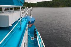 Cruiseschip bij de pijler in de Baai die van Bolshaya wordt vastgelegd Nikonovskaya Royalty-vrije Stock Fotografie