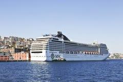 Cruiseschip bij de pijler in baai van de water de Gouden Hoorn Royalty-vrije Stock Foto's