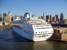 Cruiseschip bij de Pijler die van de Helkeuken wordt verankerd Stock Foto's