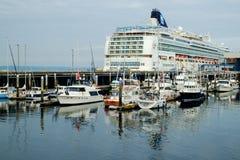 Cruiseschip bij dok Stock Foto