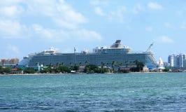 Cruiseschip bij dok royalty-vrije stock foto