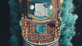 Cruiseschip bij haven Cruiseschip in het blauwe overzees voorraad Luchtmening van mooi groot wit schip bij zonsondergang kleurrij stock footage
