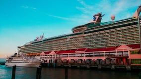 Cruiseschip bij haven wordt gedokt die Stock Foto's