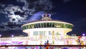 Cruiseschip bij nacht stock afbeeldingen