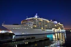 Cruiseschip bij nacht stock fotografie