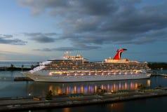 Cruiseschip bij schemer Stock Afbeeldingen
