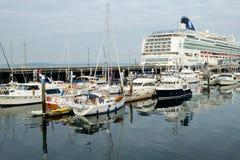 Cruiseschip bij terminal Stock Foto's