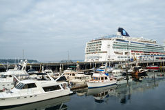 Cruiseschip bij terminal Stock Foto
