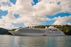 Cruiseschip bij zeekust in Fowey, het Verenigd Koninkrijk Lijnboot in overzees op bewolkte hemel De zomervakantie op tropisch eil royalty-vrije stock afbeelding