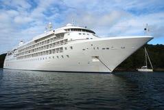 Cruiseschip bij zonnige dag Stock Afbeeldingen