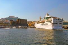 Cruiseschip bij zonsondergang in Napels Stock Afbeeldingen