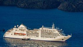 Cruiseschip binnen in een haven Stock Fotografie