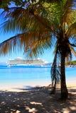 Cruiseschip in Caraïbisch paradijs stock foto