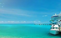 Cruiseschip in Caraïbisch water stock foto