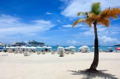 Cruiseschip in Caraïbisch paradijs Stock Afbeeldingen