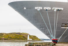 Cruiseschip dat door Witte Vuurtoren wordt vastgelegd Stock Foto
