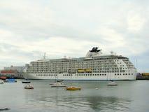 Cruiseschip in de haven van Dublin Stock Foto's