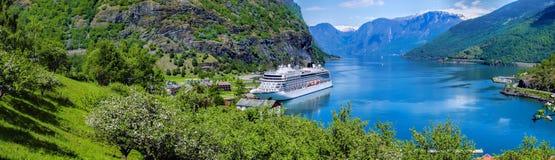 Cruiseschip in de jachthaven van beroemde Flam, Noorwegen stock foto's