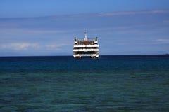 Cruiseschip in de keerkringen wordt verankerd die Royalty-vrije Stock Foto's