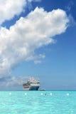 Cruiseschip dichtbij Kust Stock Afbeelding