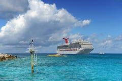 Cruiseschip dichtbij Kust wordt verankerd die Royalty-vrije Stock Afbeeldingen