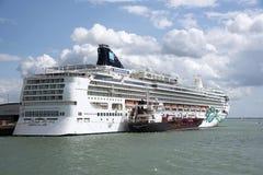 Cruiseschip die brandstof met opzij het bunkering van schip overnemen stock fotografie