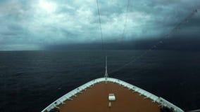 Cruiseschip die Cycloon Nilofar ingaan stock footage