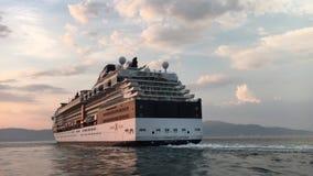 Cruiseschip die de haven verlaten stock videobeelden