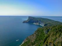Cruiseschip die de majestueuze Kaap Gaspe in het Nationale Park van Forillon, Canada rond maken Stock Foto