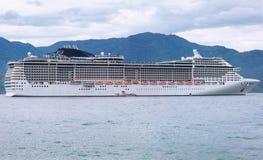 Cruiseschip die dichtbij de kust varen stock afbeeldingen