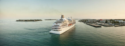 Cruiseschip die in haven komen Stock Afbeelding