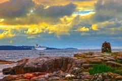 Cruiseschip die haven verlaten Stock Afbeeldingen