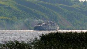 Cruiseschip die langzaam op de rivier met een steile helling varen stock video