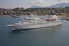 Cruiseschip die mediterrane haven verlaten stock fotografie