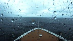 Cruiseschip die van de Cycloon Nilofar weggaan stock footage
