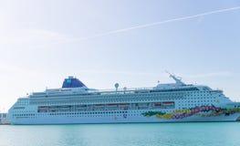 Cruiseschip die van de Haven van Miami vertrekken De stad is een beroemde tropische bestemming voor cruises Royalty-vrije Stock Foto
