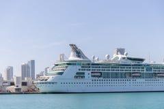 Cruiseschip die van de Haven van Miami vertrekken De stad is een beroemde tropische bestemming voor cruises Stock Fotografie