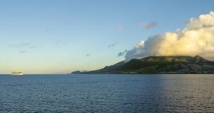 Cruiseschip die van de kust van St Kitts drijven royalty-vrije stock afbeelding