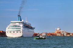 Cruiseschip die zich door Guidecca-kanaal in Venetië, Italië bewegen stock fotografie
