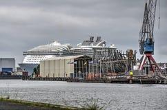 Cruiseschip en het schip van de de 18de eeuwmarine stock foto