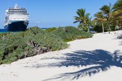 Cruiseschip en palmschaduw in Grote Turk Stock Foto's