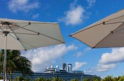 Cruiseschip en paraplu's in Grote Turk Stock Afbeelding