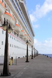 Cruiseschip en Pier Lamposts Royalty-vrije Stock Foto