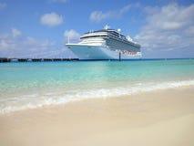 Cruiseschip in Grote Turk stock afbeelding