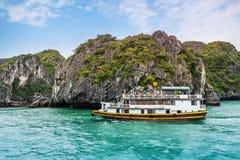 Cruiseschip in Halong-Baai, Vietnam royalty-vrije stock fotografie