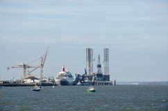 Cruiseschip in Harwich-haven door Kranen wordt omringd die Stock Afbeelding
