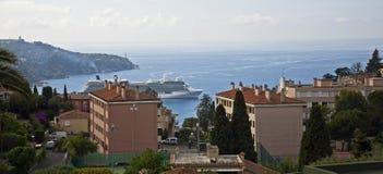 Cruiseschip in haven in Frankrijk stock afbeelding